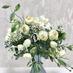 Букет мелких роз с гортензией и добавками.Молоко